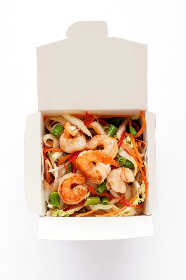 Kiste mit Garnelen und Udon mit leckeren Meeresfrüchte-Werken lizenzfreie stockbilder
