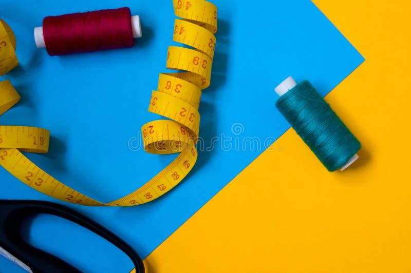 Kit de couture Fil, bande de couture et tissu images stock