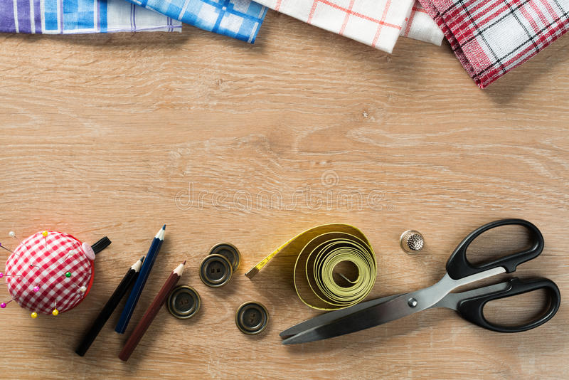 Download Kit De Couture Sur La Table Photo stock - Image du couturière, ciseaux: 77152462