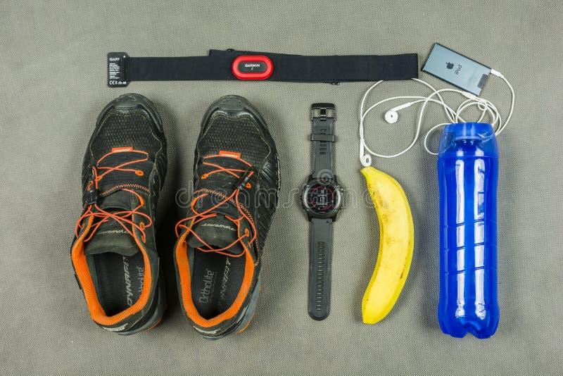 Kit de formation pour une personne courante Traînez les chaussures, le moniteur de fréquence cardiaque, le smartwatch, l'iPad, la photographie stock