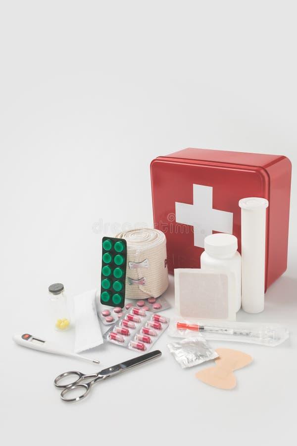 Kit de primeiros socorros com subministros médicos imagens de stock royalty free