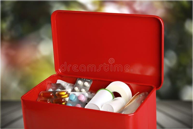 Kit de primeiros socorros com subministros médicos na tabela imagem de stock