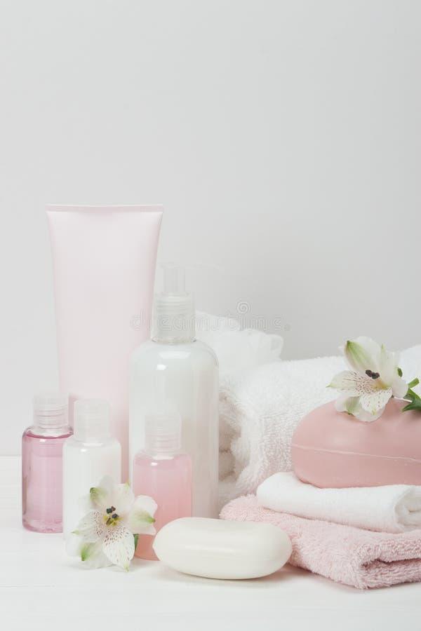 Kit de station thermale Shampooing, barre de savon et liquide toiletries images libres de droits
