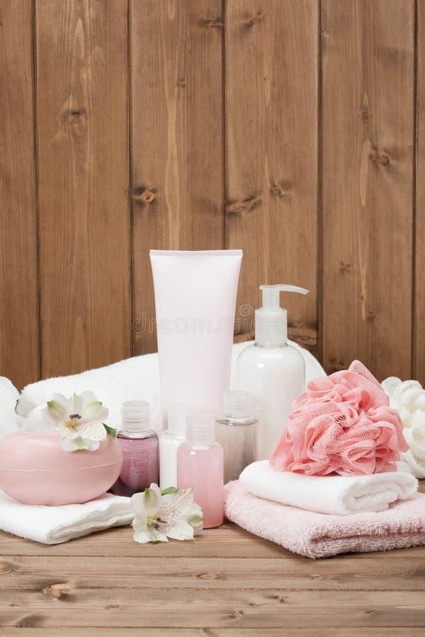 Kit de station thermale Shampooing, barre de savon et liquide toiletries images stock