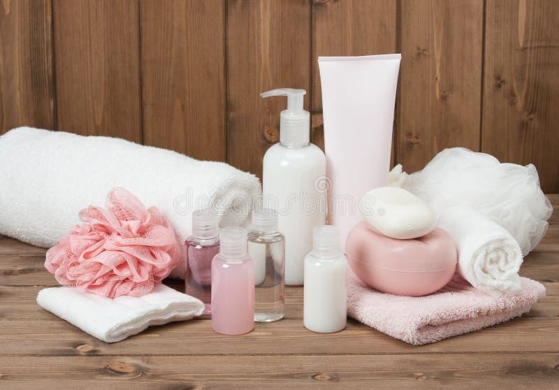 Kit de station thermale Shampooing, barre de savon et liquide toiletries photo libre de droits