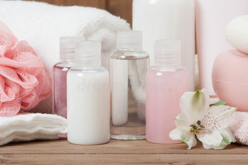 Kit de station thermale Shampooing, barre de savon et liquide toiletries photographie stock libre de droits