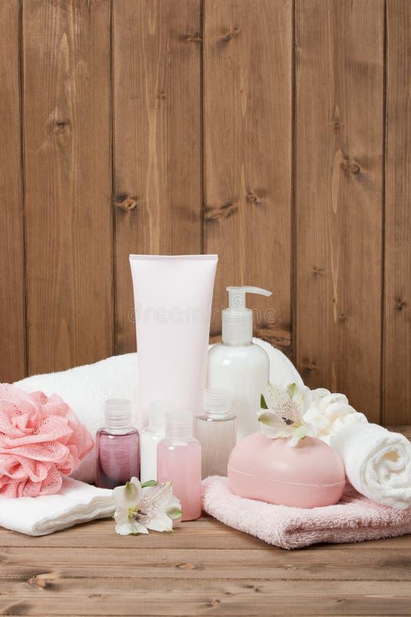 Kit de station thermale Shampooing, barre de savon et liquide toiletries image libre de droits