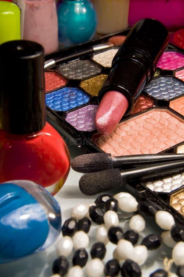 Kit del maquillaje con el lápiz labial y el nailpolish fotos de archivo libres de regalías