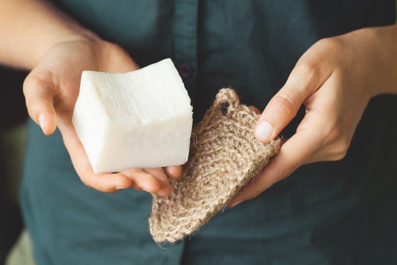Kit di pulizia eco-compatibile in mano alla donna fotografie stock libere da diritti