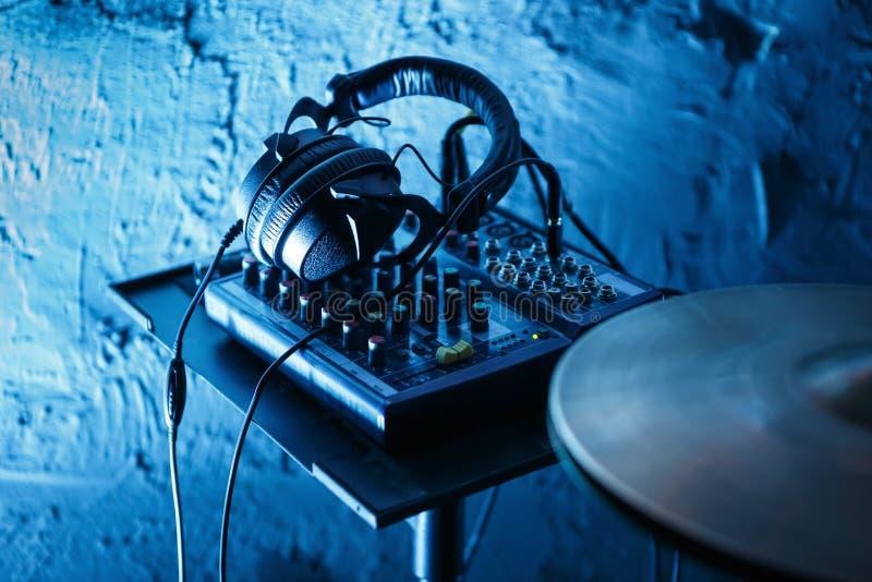 Kit et écouteurs professionnels de tambour sur l'étape dans la boîte de nuit photos libres de droits