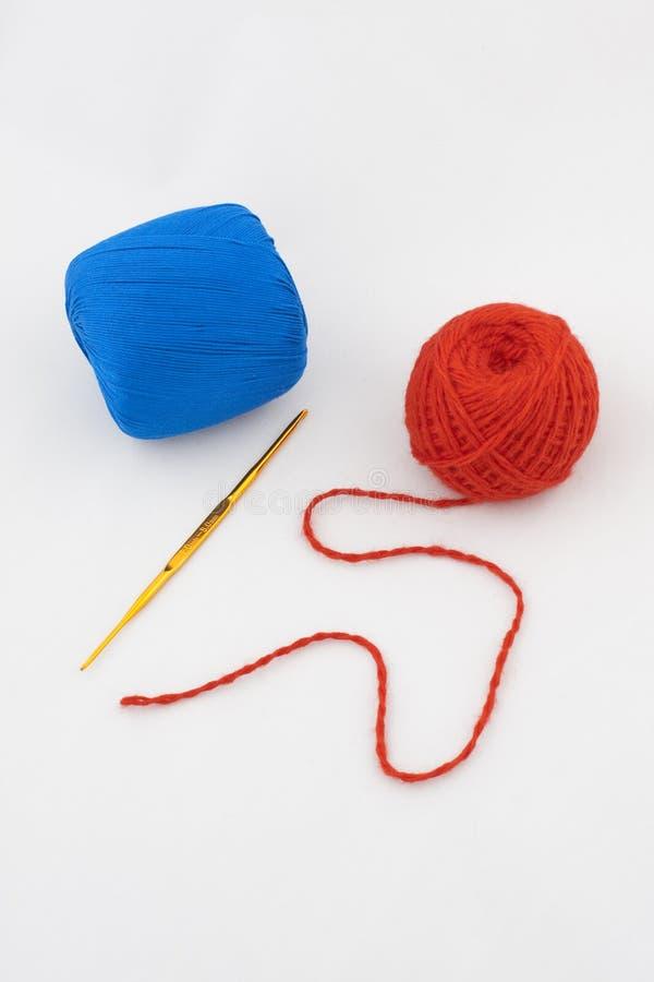 Kit per il lavoro a maglia con l'amo e le lane fotografia stock