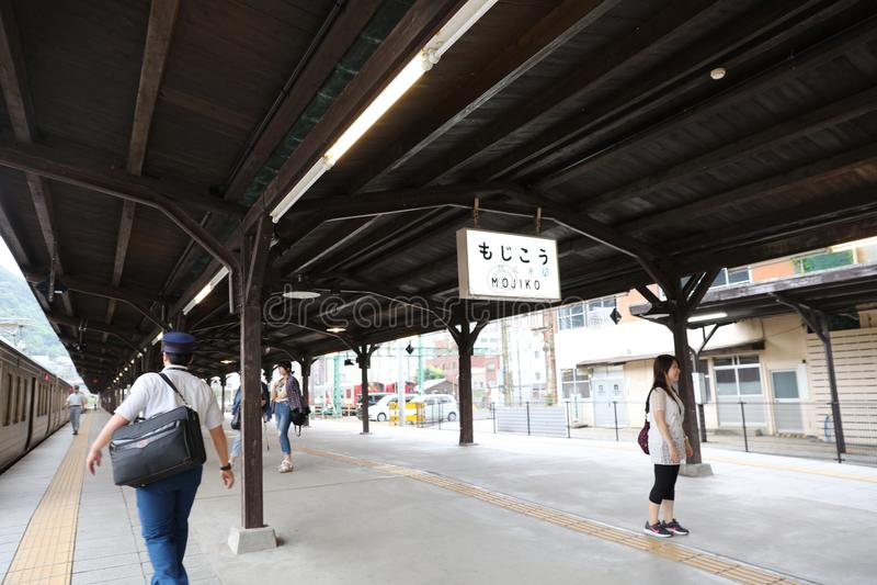 KITAKYUSHU, JAPÃO: Estação de caminhos-de-ferro de Mojiko imagens de stock royalty free
