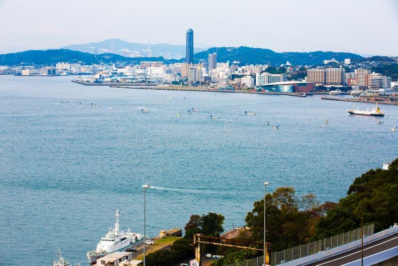 Kitakyushu Japan - November 20, 2016: Sikter av ön av Honshu, Osaka, Japan, en stor hamnstad och en kommersiell mitt, royaltyfri fotografi