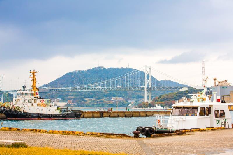 Kitakyushu, Japon - 22 novembre 2016 : Port de Mojiko et pont suspendu de Kanmonkyo dans Kitakyushu, Japon Suspension de Kanmonky photos libres de droits