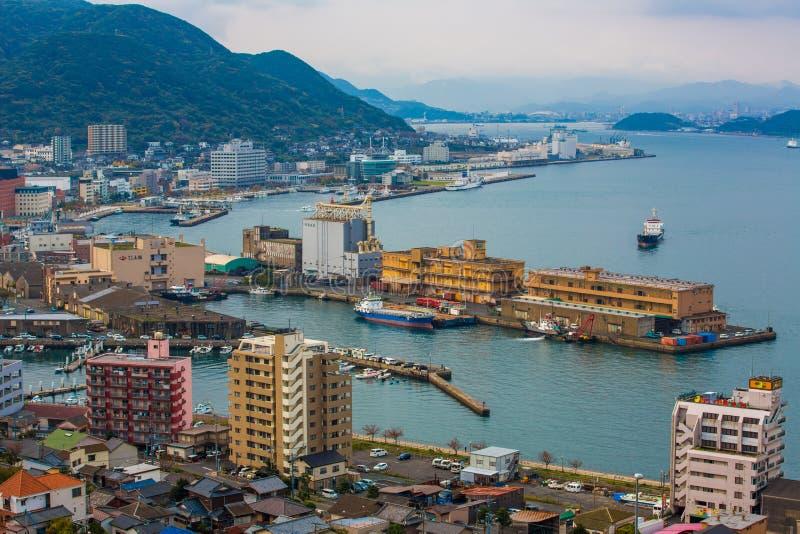 Kitakyushu, Japon - 20 novembre 2016 : Une vue de port de Mojiko, de grande ville portuaire et de centre commercial vus du détroi photo libre de droits