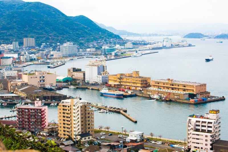 Kitakyushu, Japon - 20 novembre 2016 : Une vue de port de Mojiko, de grande ville portuaire et de centre commercial vus du détroi image libre de droits