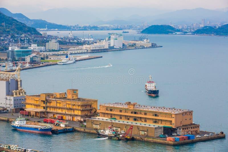 Kitakyushu, Japonia - 20 2016 Listopad: Widok Mojiko port, wielki biedne miasto i reklamy centrum Przeglądać od Kanmon cieśniny, zdjęcie stock