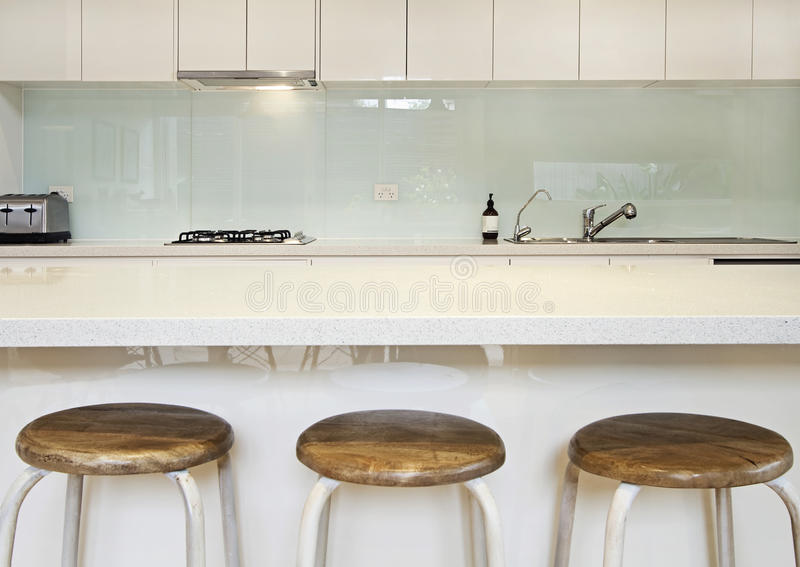Kitchen splashback bench and stools stock photo image - Credence cuisine blanc laque ...