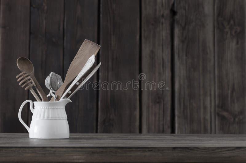 Kitchenware на старой деревянной предпосылке стоковая фотография rf