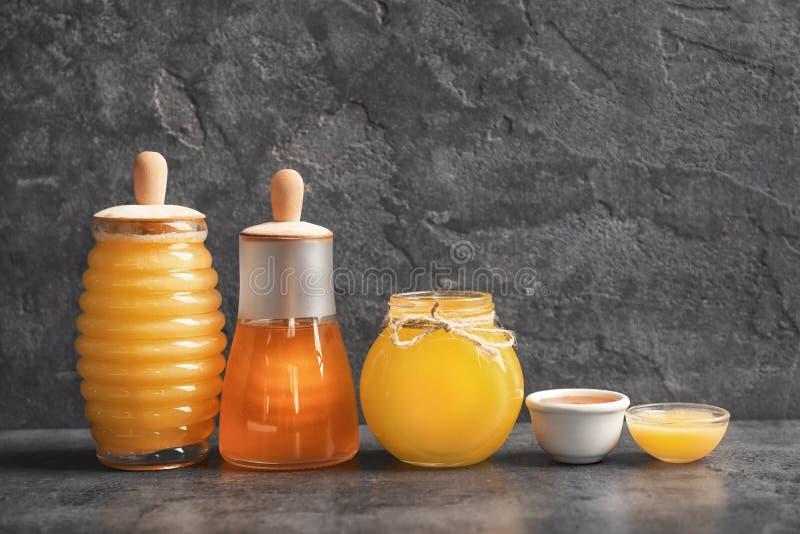 Kitchenware с очень вкусным медом стоковые изображения