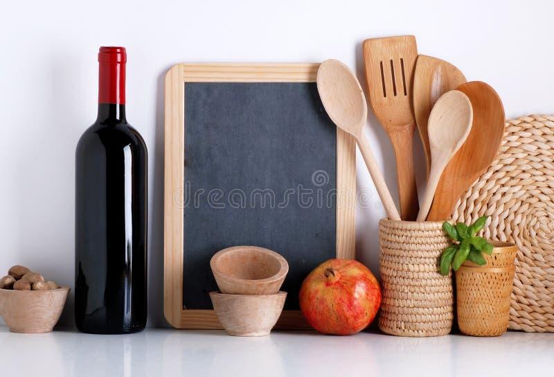 Kitchenware com quadro-negro fotos de stock