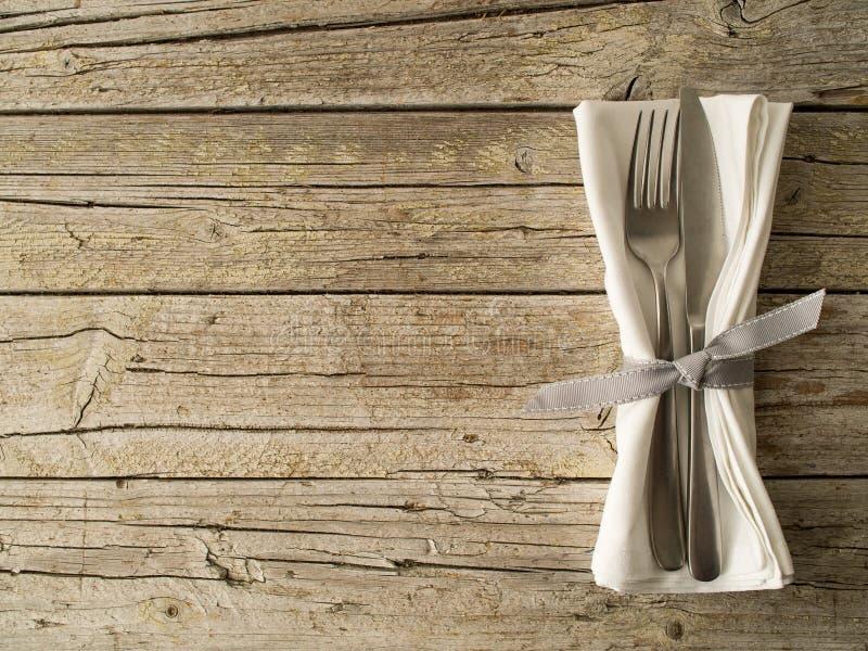 Kitchenware da cutelaria no fundo velho das placas de madeira imagem de stock royalty free