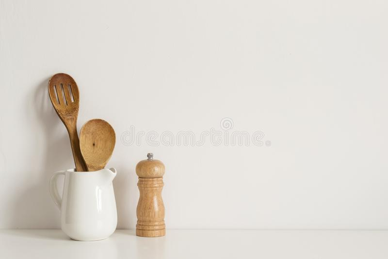Kitchenware de Minimalistic no fundo da parede da tabela Modelo do molde da receita imagens de stock royalty free