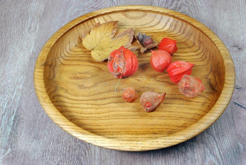 kitchenware Il piatto di legno marrone su un primo piano rustico della tavola fotografia stock libera da diritti