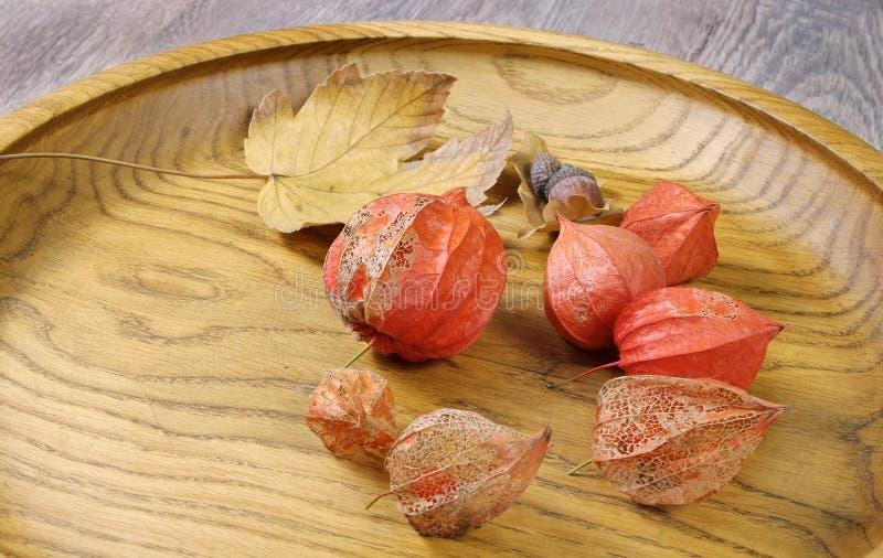 kitchenware Il piatto di legno marrone su un primo piano rustico della tavola immagine stock libera da diritti