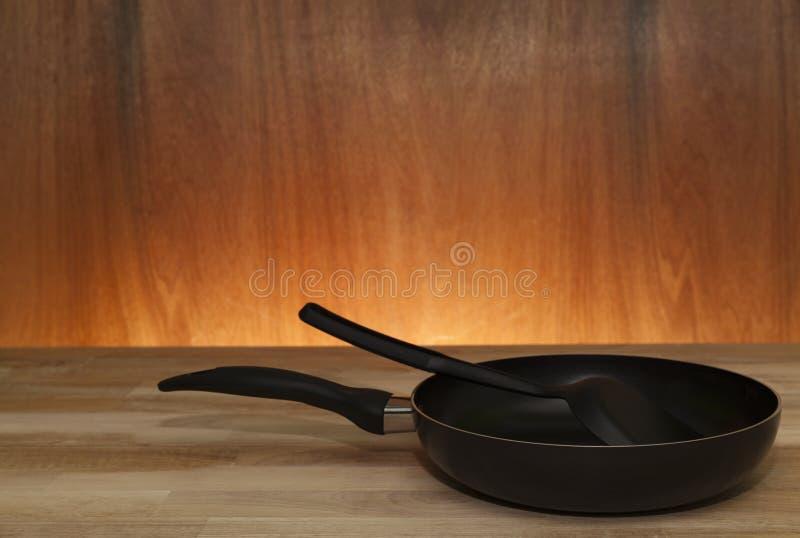 kitchenware panna på wood tabell-, trä och ljus bakgrund fotografering för bildbyråer