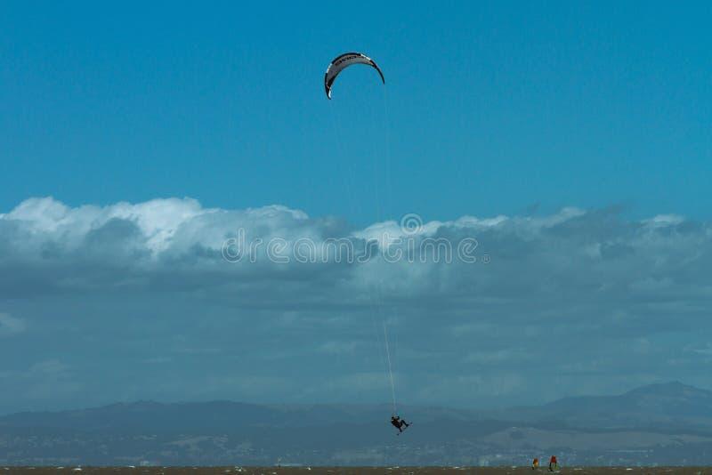 Kite Surfing na Baía de São Francisco fotos de stock royalty free