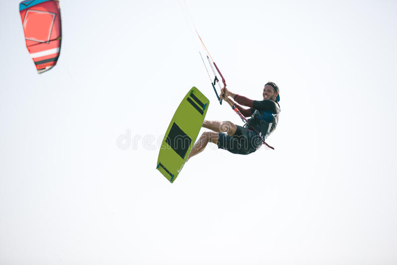 Kiteboarder idrottsman nen som utför kiteboarding kitesurfing trick arkivfoton