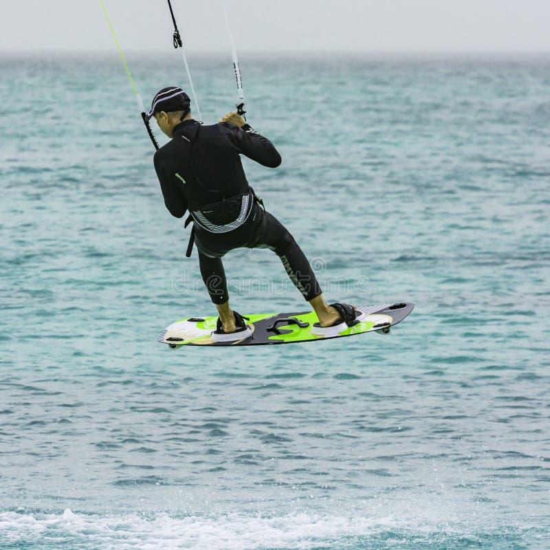 Kiteboarder que hace un salto Vape Verde imagen de archivo