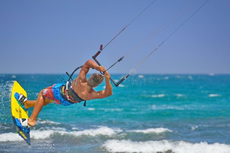 Kiteboarder som utför kiteboarding hopp och trick royaltyfria bilder