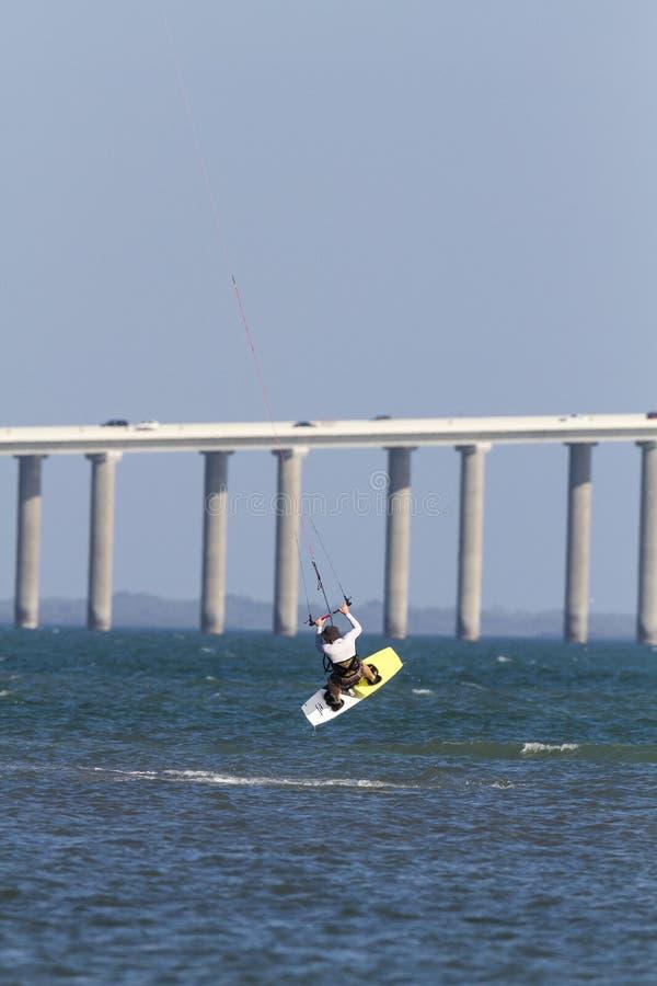 Kiteboarder-Sprung Tampa Bay lizenzfreie stockfotografie