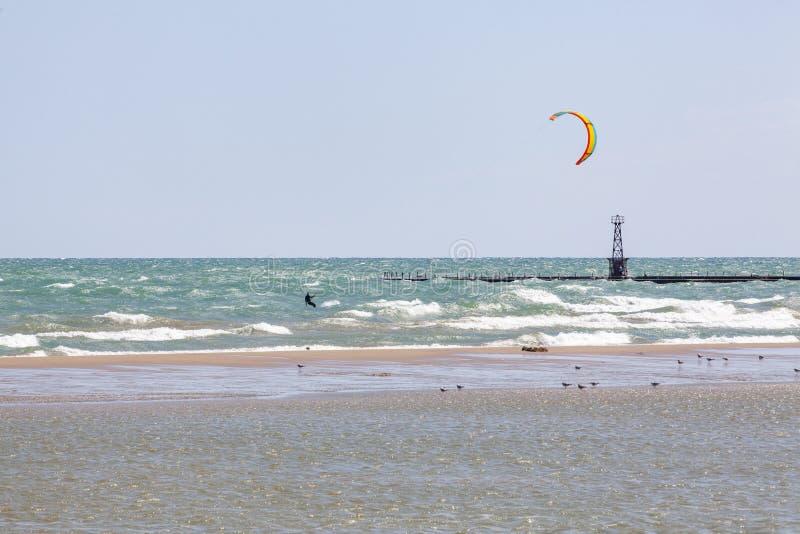 Kiteboarder sur le lac Michigan onduleux photographie stock libre de droits
