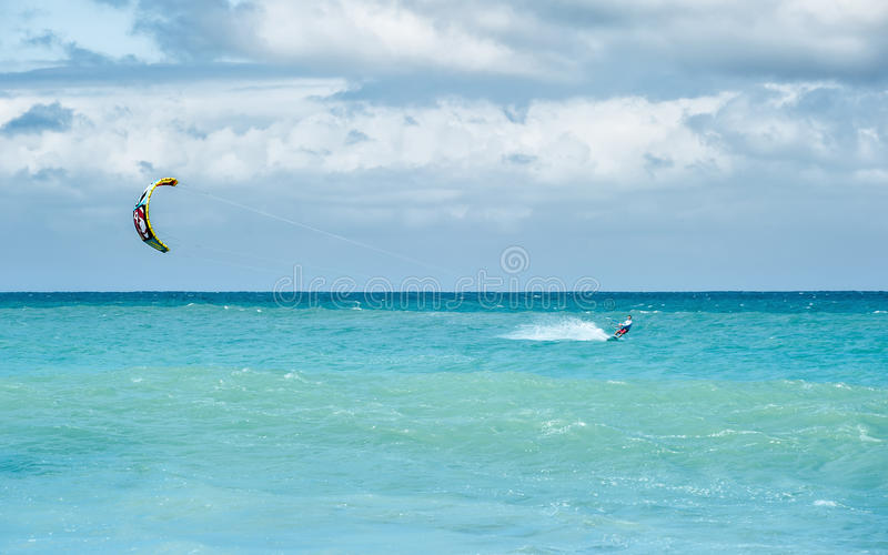 Kiteboarding в океане стоковые фото