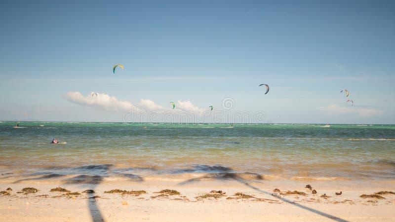 Kiteboarding Люди наслаждаясь энергией ветра на пляже острова Boracay philippines стоковые фотографии rf