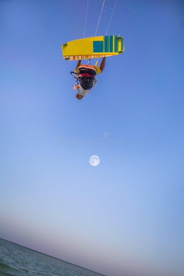 Kiteboarding Потеха в океане Весьма спорт Kitesurfing стоковые изображения