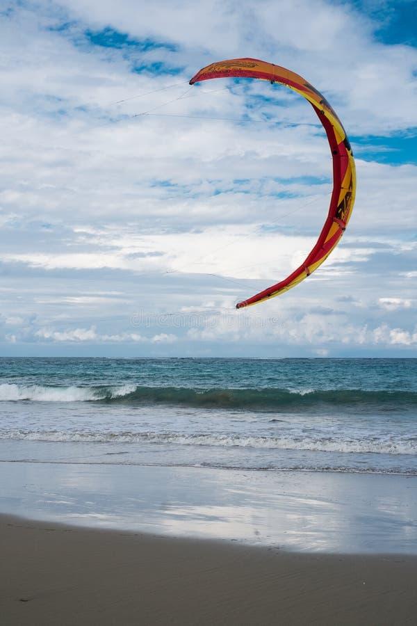 Kiteboarding in den Karibischen Meeren in D r lizenzfreie stockfotos