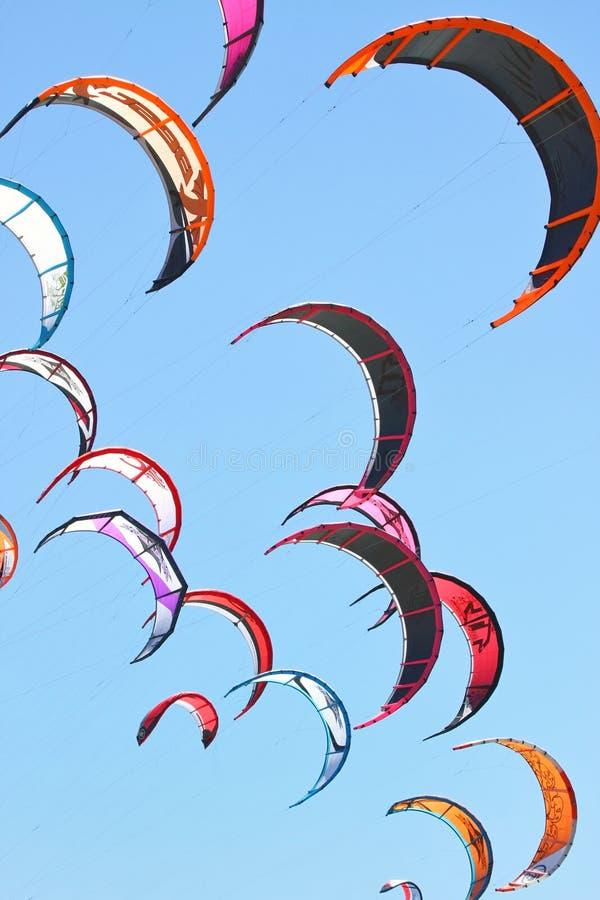 Kiteboarding Drachen im Himmel lizenzfreies stockfoto