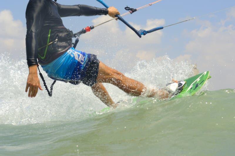 Kiteboarding em uma costa de mar Mediterrâneo imagens de stock
