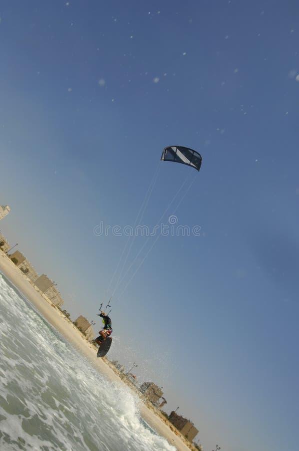 Kiteboarding em uma costa de mar Mediterrâneo imagem de stock royalty free