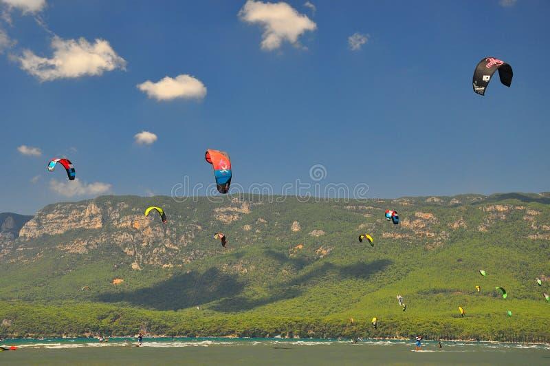 Kiteboarding i Mugla Turkiet arkivbilder