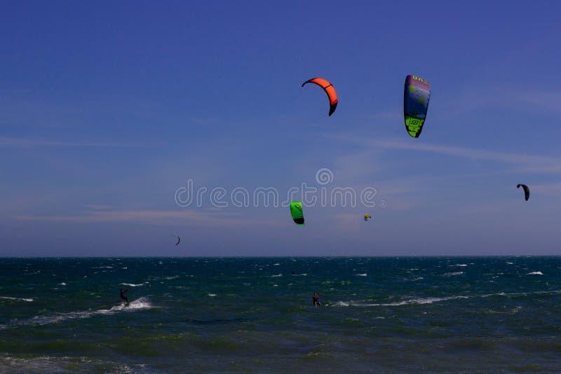 Kiteboarding, itesurfing przy zmierzchem w Mui Ne plaży, Wietnam Phan Thiet obrazy royalty free