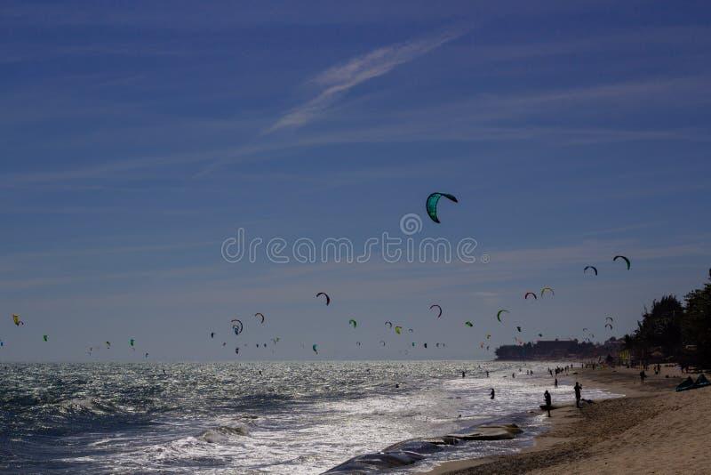 Kiteboarding, itesurfing przy zmierzchem w Mui Ne plaży, Wietnam Phan Thiet zdjęcia royalty free