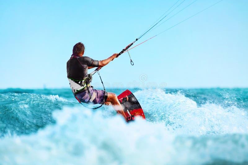 Kiteboarding, Kitesurfing Sport di acqua Azione di Kitesurf su Wave fotografia stock libera da diritti