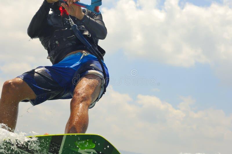 Kiteboarding på en medelhavkust arkivfoto