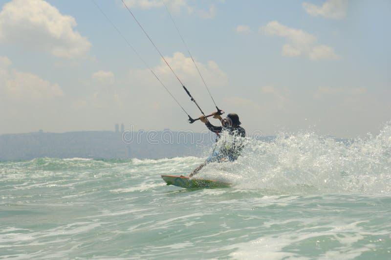Kiteboarding på en medelhavkust royaltyfri foto