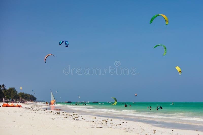 Kiteboarding punkt przy plażą ocean zdjęcie royalty free